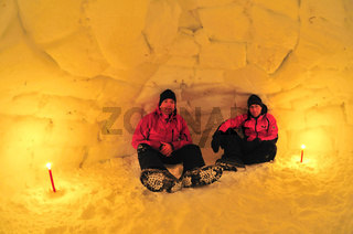 maenner sitzen in einem iglu, gaellivare, lappland, norrbotten, schweden, men are sitting in an igloo, lapland, sweden