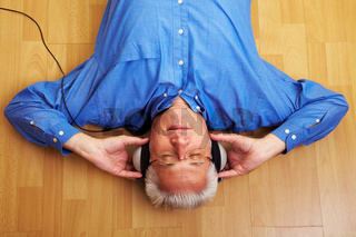 Rentner hört Musik