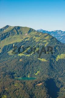 Panorama vom Schattenberg, 1692m, zum Fellhorn, 2038m,und Söllereck, 1706m, sowie Freibergsee, Allgäu, Bayern, Deutschland, Europa