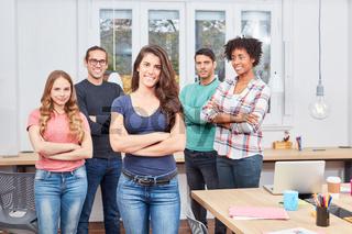 Business Frau mit Ihrem Studenten Start-Up Team
