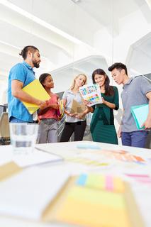 Start-Up Gründer planen zusammen