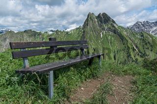 Sitzbank vor Berg