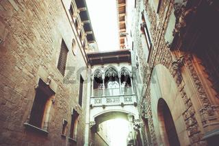Blick nach oben zu einem kunstvoll verziertem Übergang, einer Brücke zwischen zwei Häusern.