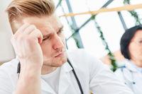 Junger Mann als nachdenklicher Medizin Student