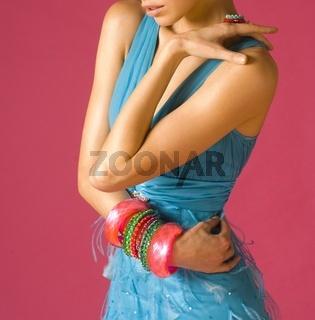 Frau in blauem Kleid