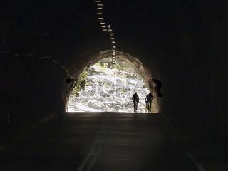 Radsportler im Tunnel