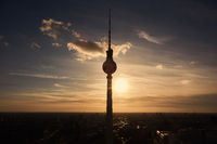 Silhouette vom Fernsehturm in Berlin bei Sonnenuntergang
