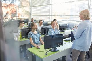Studenten lernen im Informatik Seminar