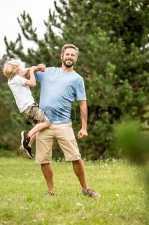 Mann spielt mit seinem Sohn
