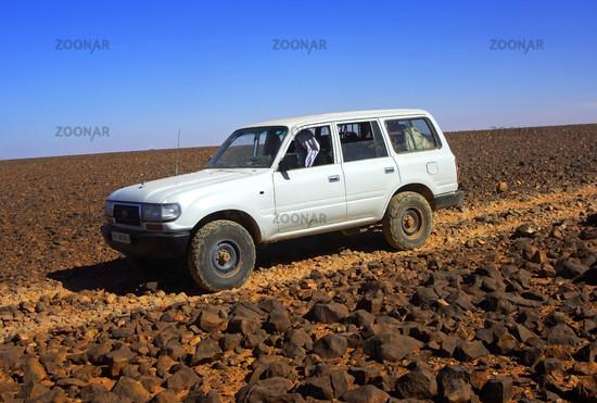 Geländefahrzeug in der Steinwüste, Libyen