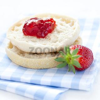 englische Muffins mit Konfitüre