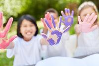 Kinder malen spielerisch mit Fingerfarben