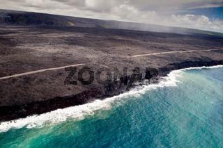 Lava fliesst ins Meer