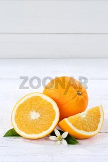 Orangen Orange Frucht Früchte Hochformat Textfreiraum Holzbrett