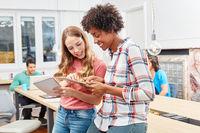 Zwei weibliche Studenten arbeiten erfolgreich zusammen