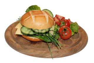 Brötchen mit Käse und Gurken