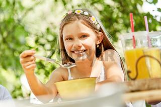 Lächelndes Mädchen isst gesundes Müsli