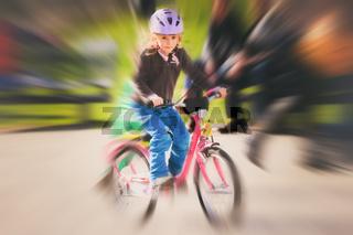 Mädchen auf dem Fahrrad mit Zoomeffekt