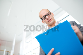 Mann als Berater mit Kompetenz liest einen Bericht