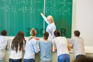 Dozentin im Mathe Unterricht an der Tafel