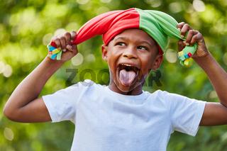 Kind als Hofnarr zeigt die Zunge