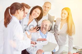 Ärzte Team bei Kooperation mit Chefarzt