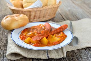 Kartoffelgulasch mit Debreziner Würstchen