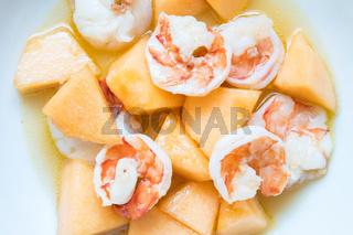 Gebratene Garnelen mit Melone und scharfer Sauce