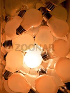 Viele Glühbirnen, eine leuchtet,Symbol für Ideen