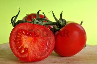 Tomaten auf einem Holzbrett