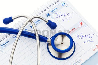 Stethoskop und Kalender. Arzttermin