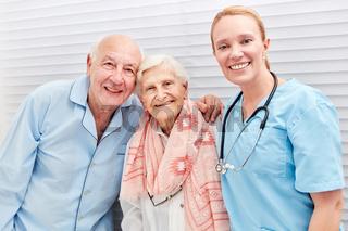 Krankenschwester und glückliche Senioren Paar