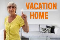 vacation home touchscreen wird von seniorin gezeigt