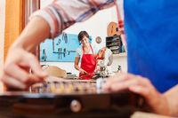 Handwerker repariert eine E-Gitarre