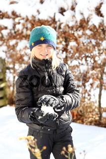 lächelndes Mädchen mit Schneeball