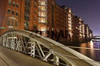 Hamburger Speicherstadt mit Wandrahmfleet-Brücke bei Nacht, Hamburg, Deutschland