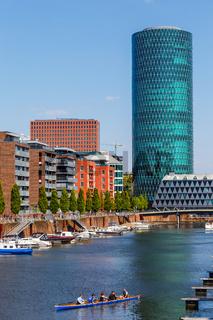 Frankfurt am Main, der Westhafen. Rechts der Westhafen Tower. April 2017.