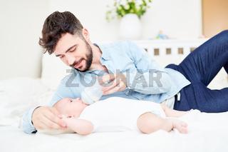 Liebevoller Vater gibt Baby die Flasche