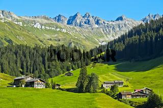Bergige Landschaft mit Bauernhöfen im Prättigau bei St. Antönien, Graubünden, Schweiz