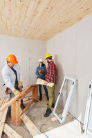 Handwerker im Team bei der Renovierung