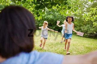 Kinder freuen sich auf den Kindergeburtstag