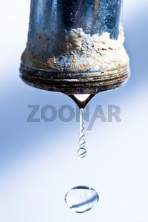 verkalkter Wasserhahn tropft