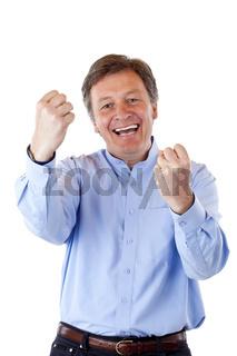 Gut aussehender, gesunder Rentner jubelt freudig geballten Fäusten
