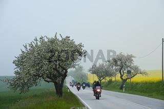 Motorradfahrer bei diesigem Wetter