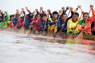 Ruderinnen beim traditionellen Bootsrennen auf dem Mekong River in Vientiane der Hauptstadt von Laos in Suedostasien.