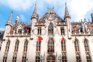 Die Fassade des  Provinzialpalast - Regierungssitz der Provinz Westflandern - am Großen Markt von Brügge