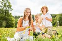 Mutter und Kinder auf einer Sommer Wiese