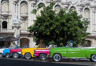 Farbenfrohe amerikanische Cabriolet Oldtimer parken in der Altstadt von Havanna Kuba