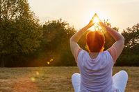 Seniorin macht Yoga in der Natur