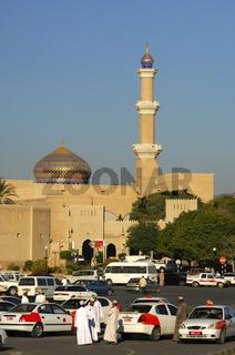 Taxifahrer warten auf Kunden vor der Grossen Moschee